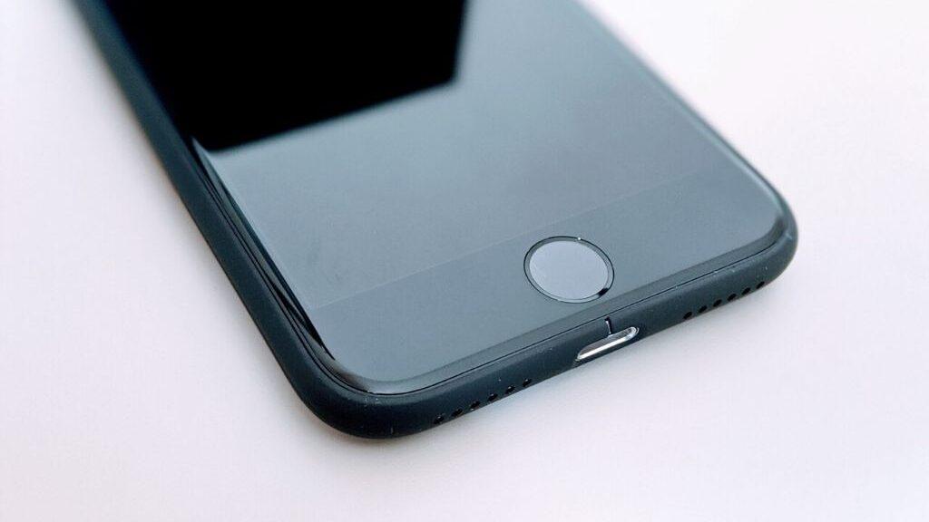 【レビュー】超ミニマルなiPhone SE2用ケース、MYNUS iPhone SE CASE