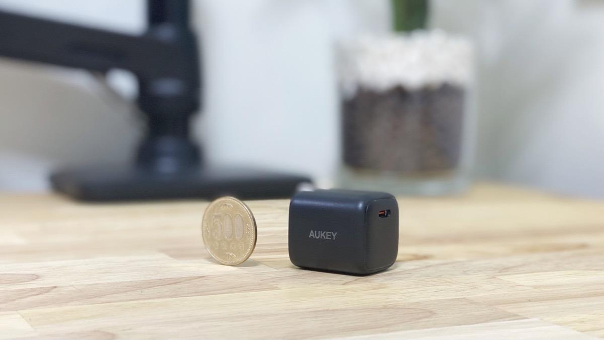 500円玉サイズの極小充電器。プラグを折りたためるAUKEYのOmnia Mini 20W IIをレビュー。
